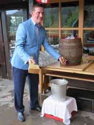Bier wurde anzapft von Armin Nowak Vorstand der Nowak Immobilien AG